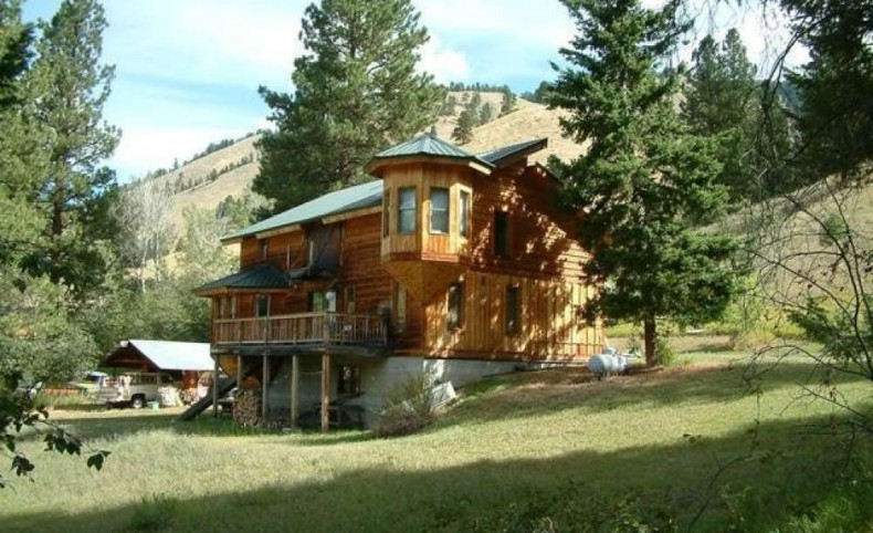 Home in an idyllic, private, mountain setting